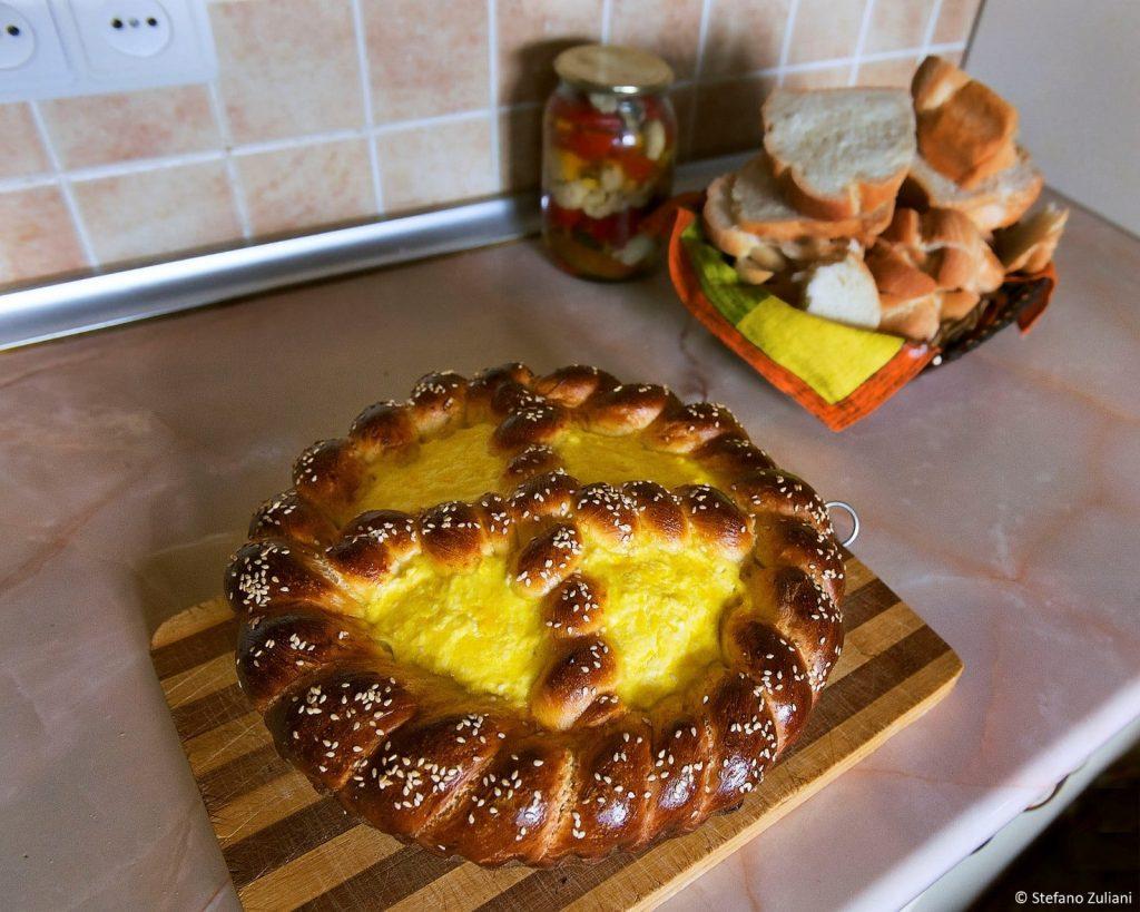 57f0c6d2cf35 È un pane dolce ricco di simbolismi  la sua forma circolare infatti  rappresenta la culla di Gesù bambino mentre la decorazione centrale a ...