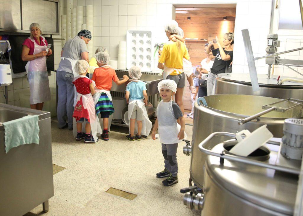 Preparazione del formaggio al caseificio Gatscher