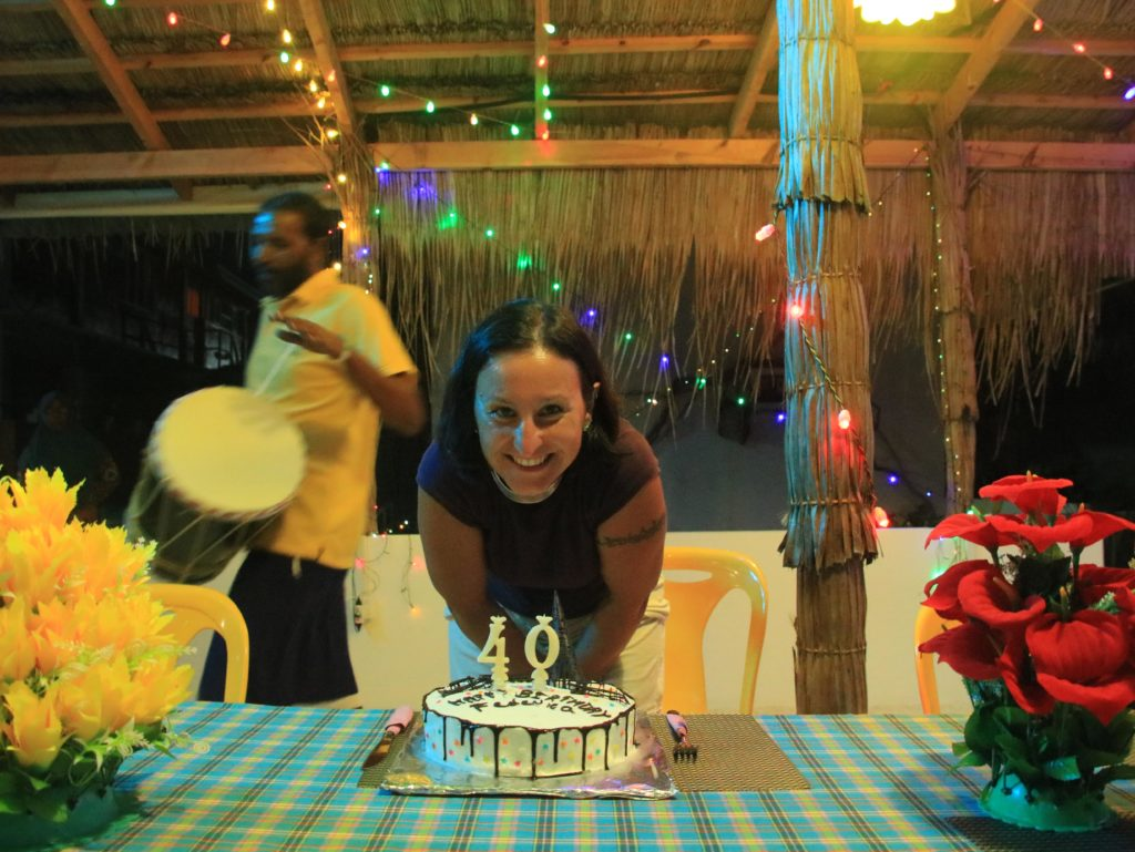 Torta di compleanno maldiviana su isola Keyodhoo, maldive in guesthouse