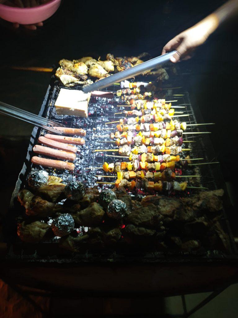Grigliata di carne sulla spiaggia, Maldive in guesthouse
